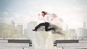 Uomo energetico di affari che salta sopra un ponte con la lacuna Immagini Stock Libere da Diritti