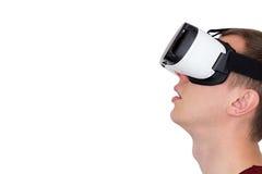 Uomo entusiasta facendo uso dei vetri di realtà virtuale, isolati Immagini Stock