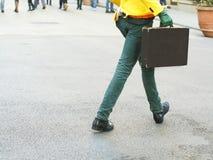 Uomo esagerato che cammina con una cartella Fotografie Stock Libere da Diritti