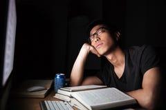 Uomo esaurito stanco che studia e che dorme davanti al computer Fotografie Stock