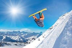 Uomo estremo di snowboard Fotografia Stock