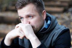 Uomo europeo disperato che si siede da solo sulle scale all'aperto in autunno Ha rotto con la sua amica fotografie stock libere da diritti