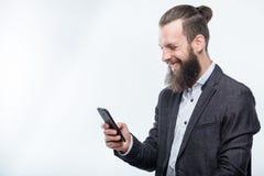 Uomo facendo uso degli aggeggi di comunicazione di tecnologia del telefono fotografie stock libere da diritti