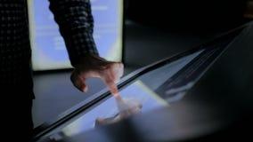 Uomo facendo uso dell'esposizione interattiva dello schermo attivabile al tatto al museo di storia moderna stock footage