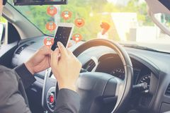 Uomo facendo uso dello Smart Phone mobile per il controllo dei media sociali con l'icona o l'ologramma sulla strada principale immagine stock libera da diritti
