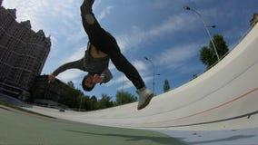 Uomo fare vibrazione acrobatica sopra il fondo del cielo blu, movimento lento eccellente video d archivio