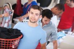 Uomo favorito in lavanderia automatica immagine stock