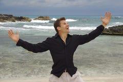 Uomo felice alla spiaggia fotografia stock