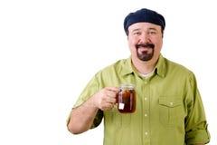 Uomo felice in berretto con la tazza di vetro del tè del limone Fotografie Stock