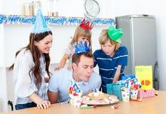 Uomo felice che celebra il suo compleanno con la sua famiglia Fotografia Stock Libera da Diritti