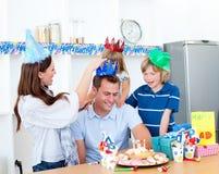 Uomo felice che celebra il suo compleanno con la sua famiglia Fotografie Stock Libere da Diritti