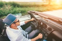 Uomo felice che conduce l'automobile del cabriolet dal imaage di vista superiore della strada della montagna della provincia immagini stock libere da diritti