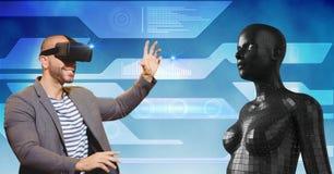 Uomo felice che esamina figura femminile 3d attraverso i vetri di VR Immagini Stock
