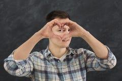 Uomo felice che fa cuore con le sue dita Fotografie Stock Libere da Diritti