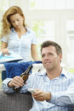 Uomo felice che guarda TV Immagini Stock