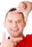 Uomo felice che incornicia il suo fronte Fotografie Stock