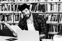 Uomo felice che lavora al computer portatile Fotografia Stock Libera da Diritti