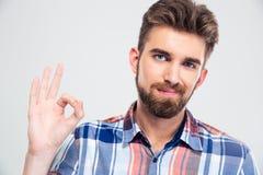 Uomo felice che mostra segno giusto con le dita Fotografie Stock