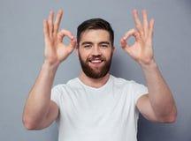 Uomo felice che mostra segno giusto con le dita Fotografia Stock