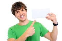 Uomo felice che mostra sulla scheda in bianco Immagini Stock Libere da Diritti
