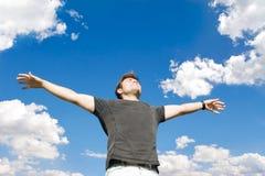 Uomo felice che si distende sulla natura Immagini Stock Libere da Diritti