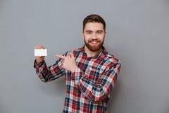 Uomo felice che sta con il biglietto da visita del copyspace Fotografia Stock Libera da Diritti