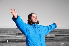 Uomo felice sulla spiaggia - fondo del b&w. Superamento della depressione Fotografia Stock Libera da Diritti