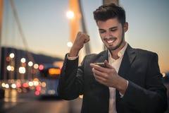 Uomo felice circa i suoi successs fotografie stock libere da diritti