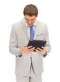 Uomo felice con il calcolatore del pc del ridurre in pani Fotografia Stock Libera da Diritti