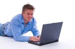 Uomo felice con il computer portatile Fotografie Stock Libere da Diritti