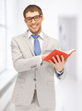 Uomo felice con il libro Fotografia Stock Libera da Diritti