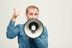 Uomo felice con il megafono che mostra pollice su Fotografie Stock Libere da Diritti