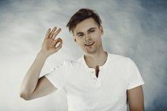 Uomo felice con il segno perfetto della mano Fotografie Stock Libere da Diritti