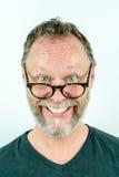 Uomo felice con la barba e vetri che ridono, ritratto divertente Immagini Stock