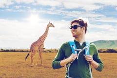 Uomo felice con lo zaino che viaggia in Africa Fotografia Stock