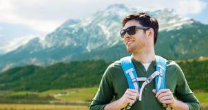 Uomo felice con lo zaino che viaggia in altopiani Fotografie Stock Libere da Diritti