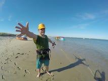 Uomo felice con un aquilone sulla spiaggia Fotografie Stock