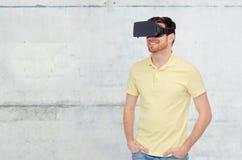 Uomo felice in cuffia avricolare di realtà virtuale o vetri 3d Immagini Stock