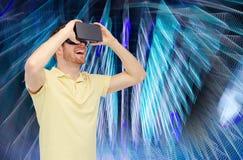 Uomo felice in cuffia avricolare di realtà virtuale o vetri 3d Immagine Stock Libera da Diritti