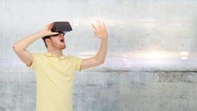 Uomo felice in cuffia avricolare di realtà virtuale o vetri 3d Fotografia Stock Libera da Diritti