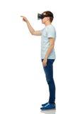 Uomo felice in cuffia avricolare di realtà virtuale o vetri 3d Fotografie Stock