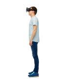 Uomo felice in cuffia avricolare di realtà virtuale o vetri 3d Immagine Stock