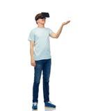 Uomo felice in cuffia avricolare di realtà virtuale o vetri 3d Fotografia Stock
