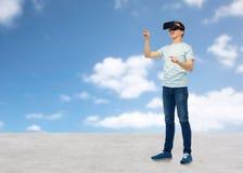 Uomo felice in cuffia avricolare di realtà virtuale o vetri 3d Fotografie Stock Libere da Diritti