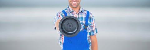 Uomo felice dell'idraulico che tiene un tuffatore fotografia stock libera da diritti