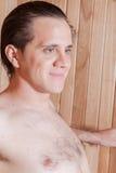 Uomo felice dentro la sauna fotografie stock libere da diritti
