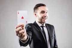 Uomo felice di affari che tiene una carta dell'asso Fotografia Stock Libera da Diritti