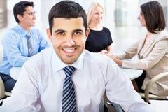 Uomo felice di affari con i colleghi Fotografie Stock Libere da Diritti