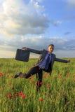Uomo felice di affari nel campo del papavero Immagini Stock Libere da Diritti