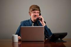 Uomo felice di affari sul telefono Immagine Stock